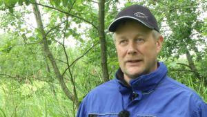 Mikael Sandin oroas över igenväxningen på Naturaområden i Vexala