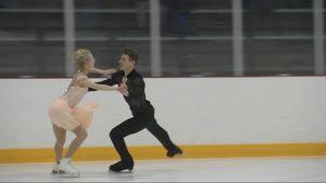 Juulia Turkkila och Matthias Versluis dansar isdans.