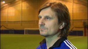 Stephen Ward, fotbollstränare i Tellushallen i Jakobstad.