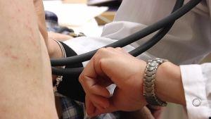 Läkare mäter blocktryck.