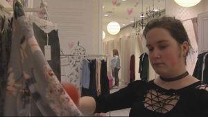 Maria Godunova jobbar i en klädesaffär i S:t Petersburg