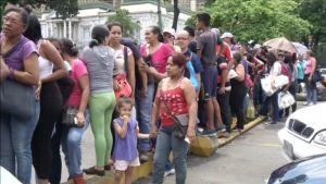 Venezolaner måste köa i timtals för att få köpa lite bröd