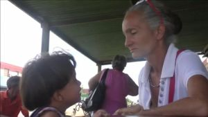 En venezolansk mamma med sitt barn