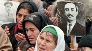 Kvinnor i Tjetjeniens huvudstad Groznyj bär på plakat med den dödade presidenten Dzjochar Dudajevs bild.