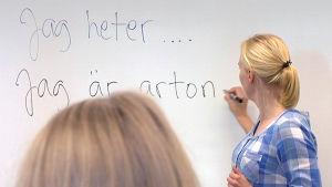 Lärare lär ut svenska åt elever.