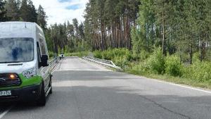 polisen står på en bro och utreder olycka där personbil föll ner på rälsen i Halikko.