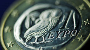 Ett grekiskt euromynt med bild av en uggla.