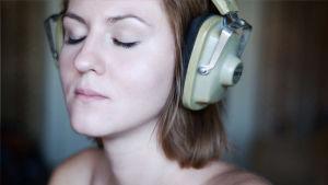 Kvinna med hörlurar.