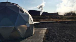 En metallkupol i isländskt landskap.