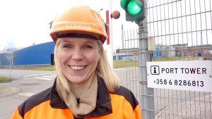 Tarja Halonen, personalchef på Boliden i Karleby. Personalchefen är iklädd orange hjälm och jacka, hon leer mot kameran.