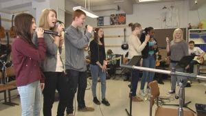 Ungdomar sjunger i Ströhö i toner på repetition.