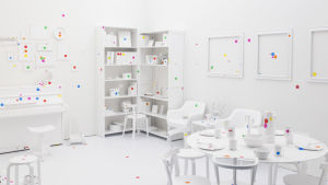 "Yayoi Kusamas ""Obliteration Room"" på Helsingfors konstmuseum HAM 2016."