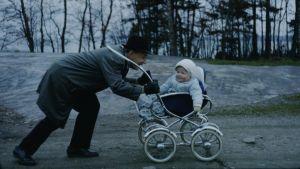 Pekka Lundmark som bebis blir skuffad i vagn av sin pappa.