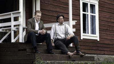Äldste sonen Orvar (Arttu Flén) är plötsligt intresserad att ta över gården av fadern Egon Nilsson (Ulf Johansson). Foto: Johanna Överfors
