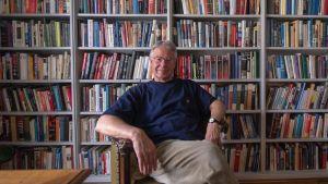 Rene Nyberg framför bokhylla