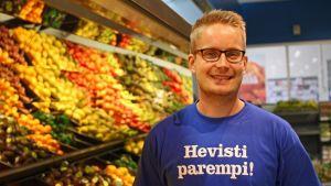 Ilari Tikkala jobbar på K-supermarket på Drumsö