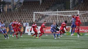 Teemu Tainio nickar in 1-0 till HJK mot Jaro den 6.4.2014.