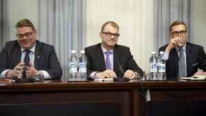 Soini, Sipilä och Stubb berättar om hur regeringsförhandlingarna framskrider.