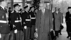 Robert Schuman på Europarådets parlamentariska församlings första möte i Strasbourg i egenskap av parlamentets ordförande år 1958.