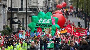 Protester mot nedskärningar i London