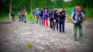 Ihmisiä lähdössä patikkaretkelle Venäjällä