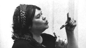 Näyttelijä Tuula Nyman on teatterinjohtaja pienoiskuunnelmassa Istuva nainen sarjassa Naisia, aikalaisia