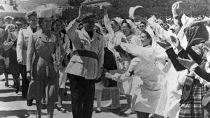 Kenraali Francisco Franco kansan ihailemana