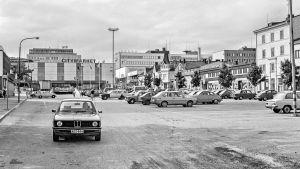 Pysäköintiä Jyväskylän Asema-aukiolla 1981, kuvaaja _credit Keski-Suomen museo
