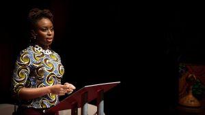 afrikkalainen nainen puhuu konferenssissa