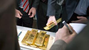 Anställda vid Bundesbank visar upp guldtackor under en presskonferens på centralbankens huvudkontor den 16 januari 2013.