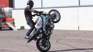 Pojke trickåker med moped.