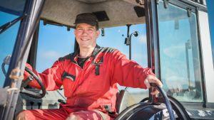 Thomas Blomqvist i traktor.