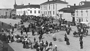 Marknad på Kristinestads torg ca 1900.