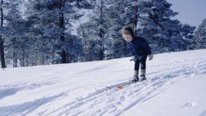 Pekka Lundmark som barn åker skidor i en backe.