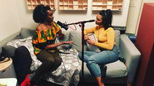 Inspelningsbild där Kelet och Susani Mahadura sitter i en soffa, Mahadura intervjuar Kelet.
