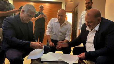 Yair Lapid, Naftali Bennett och Mansour Abbas (från vänster till höger) då de undertecknade koalitionsöverenskommelsen strax före nattens tidsfrist den 2 juni. Abbas leder ett av Israels arabiska partier.