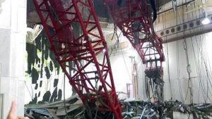 En lyftkran rasade in i stora moskén