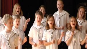 MInervaskolans barnkör övar inför konsert med Robbie Williams