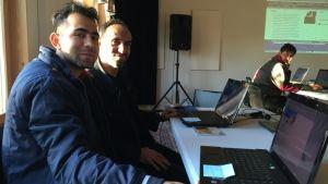 Asadullah Hasanzada på internetcafet i Sjundby