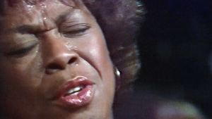 Jazzlaulajatar Sarah Vaughan esiintyy Hesperian yökerhossa vuonna 1978.
