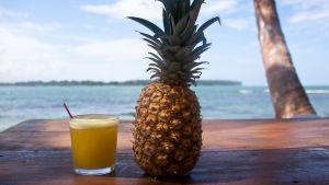 Ananas ja drinkki.