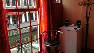På prostitutionsmuséet kan man pröva på hur det känns att stå i ett fönster i Red light district