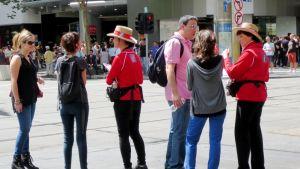 Cityoppaat neuvovat turisteja
