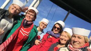 Merry Ladies iloisesti aurinkoisella höyrylaivalla merimieslakeissa