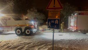 Bärgningsbil hjälper brandbil som sitter fast i snö