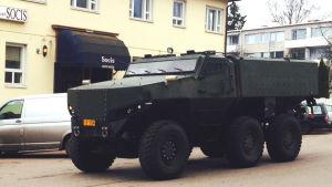 Det nya pansarfordonet från Protolab kör utanför Socis i Karis.