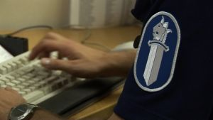 En polis arbetar vid datorn