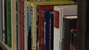 Böcker i en hylla