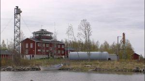 Huvudbyggnaden och oljecisternerna på Valsörarna