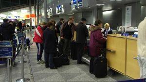Passagerare i kö vid Helsingfors-Vanda flygplats